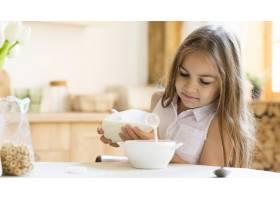 年轻女孩早餐吃麦片的前景_10604633
