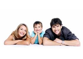 年轻幸福的家庭带着孩子在空白处摆姿势_10880910