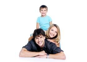 年轻幸福的家庭带着孩子在空白处摆姿势_10880912
