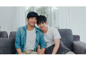 年轻的亚洲同性恋情侣在家中开心微笑的肖像_6139030