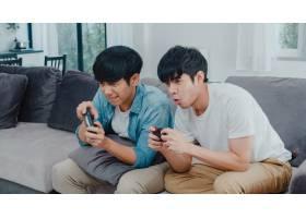 年轻的亚洲同性恋情侣在家里玩游戏十几岁_6139018