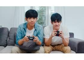 年轻的亚洲同性恋情侣在家里玩游戏十几岁_6139020