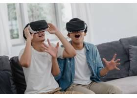 年轻的亚洲同性恋情侣在家里用科技搞笑亚_6136992