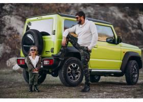 年轻时髦的父亲带着他的小女儿在车旁玩耍_6213790