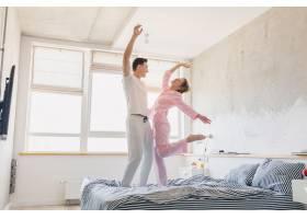 年轻漂亮的夫妇早上在床上玩得很开心独自_9699651