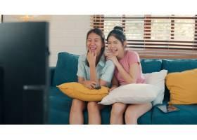 年轻的亚洲女同性恋LGBTQ女性情侣在家看电_5503782