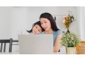 年轻的亚洲女商人在家中用笔记本电脑工作时_6142454