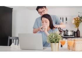 年轻的亚洲女商人在家中用笔记本电脑工作时_6142463