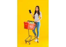年轻的亚洲女子在超市购物_8314969