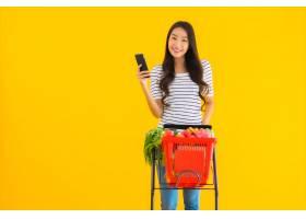 年轻的亚洲女子在超市购物_8314974