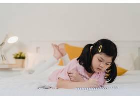 年轻的亚洲女孩在家里画画亚洲日本女人小_5820834