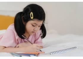 年轻的亚洲女孩在家里画画亚洲日本女人小_5820835