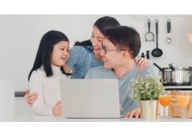 年轻的亚洲家庭喜欢在家里一起使用笔记本电_6142465