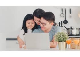 年轻的亚洲家庭喜欢在家里一起使用笔记本电_6142466
