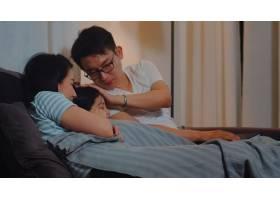 年轻的亚洲家庭在家里给女儿读童话故事快_6142524
