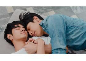 年轻的亚裔同性恋情侣在家中睡在一起清晨_6139035
