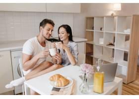 穿着白袜子的浪漫女人在早餐时和丈夫一起降_10785900