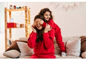 穿着红色衣服的快乐的孩子和妈妈玩耍黑发_12431919