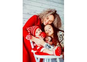 穿着节日服装拥抱女儿的女人_1211885