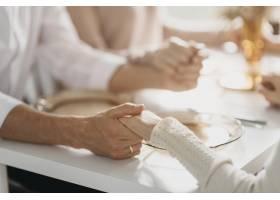 美丽的一家人在吃特写前祈祷_11304032