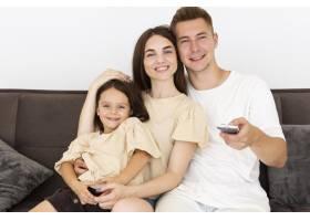 美丽的一家人在电视前一起度过可爱的时刻_10700455