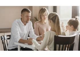 美丽的一家人饭前祈祷_11304034