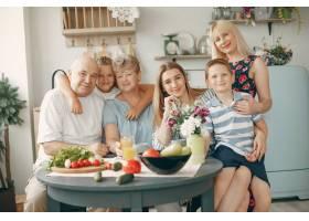 美丽的大家庭在厨房做饭_5251201