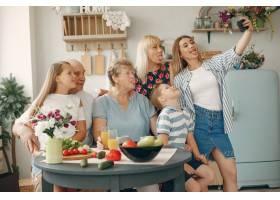 美丽的大家庭在厨房做饭_5251202