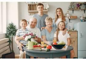 美丽的大家庭在厨房做饭_5251203