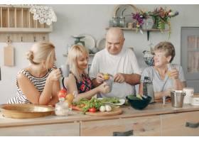美丽的大家庭在厨房做饭_5251220