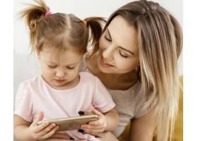 美丽的女儿和母亲在家里共度时光_12658856