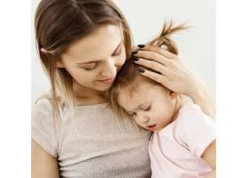 美丽的女儿和母亲在家里共度时光_12658860