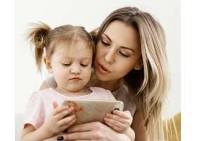美丽的女儿和母亲在家里共度时光_12658862