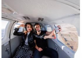 美丽的情侣在直升机内自拍窗外的景色令人_7497085