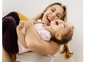 美丽的母亲与女儿在家共度时光_12658812