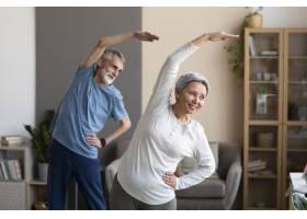 老年夫妇在家中锻炼身体_10847336