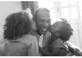 非洲裔家庭的家孩子们亲吻他们的父亲_2910914