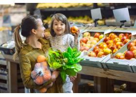 超市里的一家人年轻漂亮的妈妈和她的小女_10108007