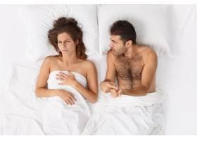 近距离观察躺在床上的一对夫妇他们盖着白_12951062