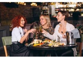 酒吧里的女人在聊天喝鸡尾酒_4201320
