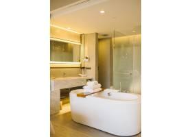 酒店卧室内的豪华浴缸_4692015