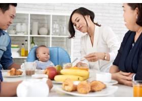 餐桌上幸福的亚洲家庭_5577365