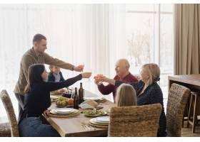 餐桌旁的中枪家庭成员_12975276