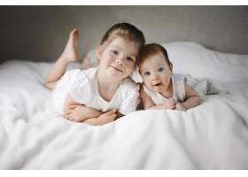 高加索小姐妹躺在白色的大毯子上_8316151