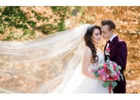 黄树成荫的森林里漂亮的新人接吻婚姻观_7497091
