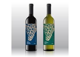 在逼真的瓶子上贴上优质的红酒和白酒标签_9952365