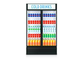 内有闭门透明玻璃可乐和其他饮料的立式冰箱_4005932