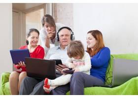 幸福的家庭只用很少的各种笔记本电脑就能享_1238763