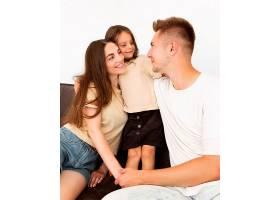 幸福的家庭在家中共度时光_10697431