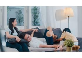 幸福的年轻的亚洲家庭一起在家里的沙发上玩_6142505